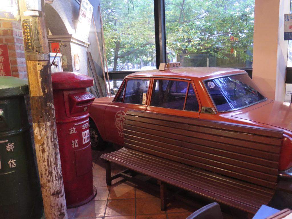 "En gammel bil i restaurant ""Love Retro"" i Taichung"