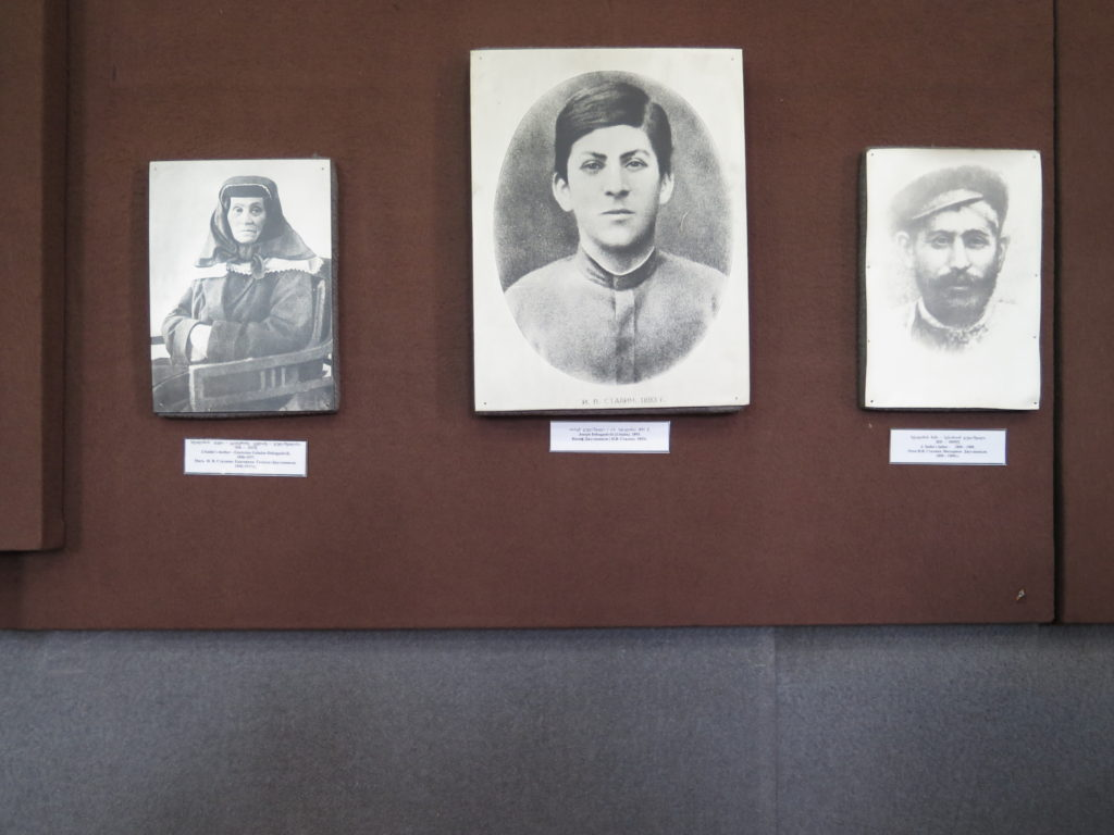 Ungdomsbillede (i midten) af Stalin fra Stalin museet i Gori, Georgien