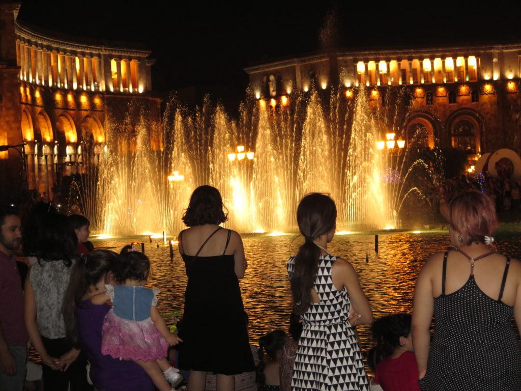 Flere generationer på Republikpladsen i Yerevan