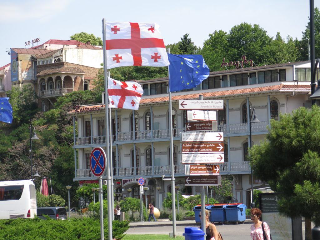 Europapladsen i Tbilisi med det Georgisk flag og EU's flag