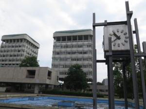 Rådhuset med Rådhus-ur og et lille vandbassin: