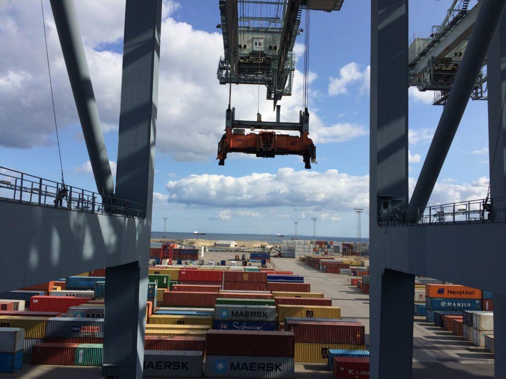 Kran til at løfte de mange containere på plads