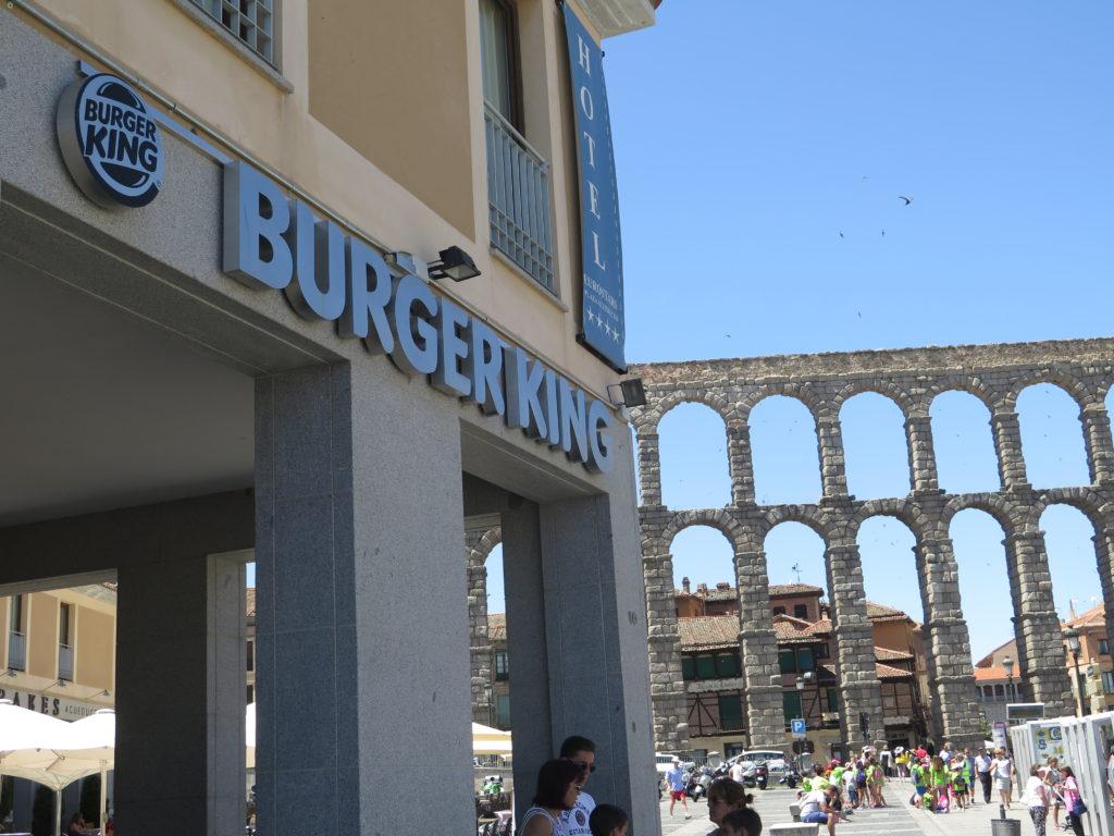 Burger King og romersk akvædukt i Segovia side om side