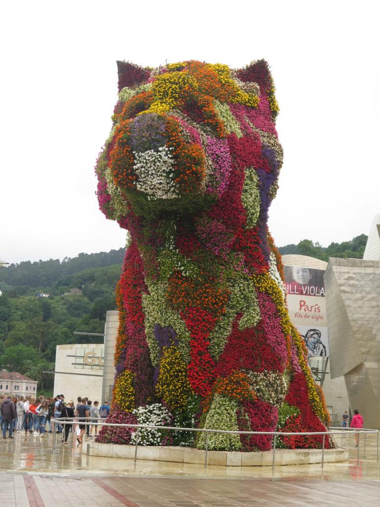 Hunden Puppy foran Guggenheim i Bilbao