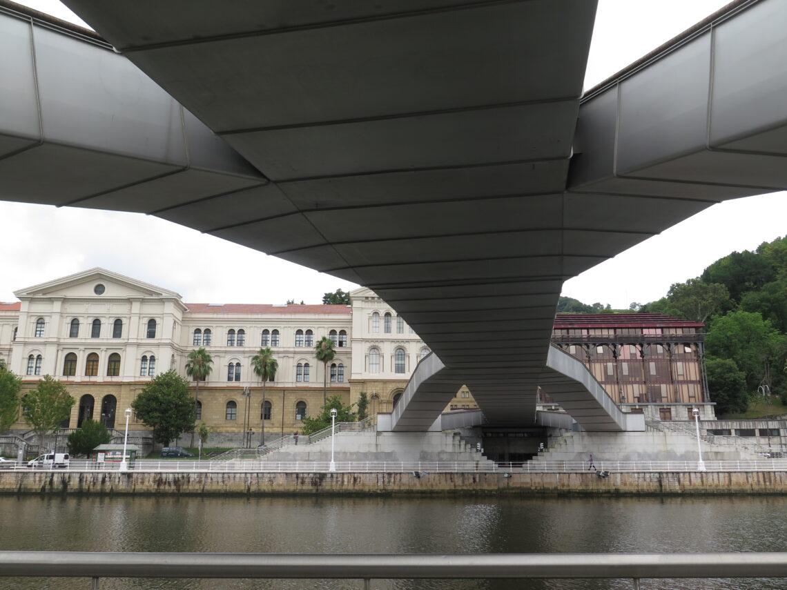 Bro ved floden i Bilbao nær Guggenheim