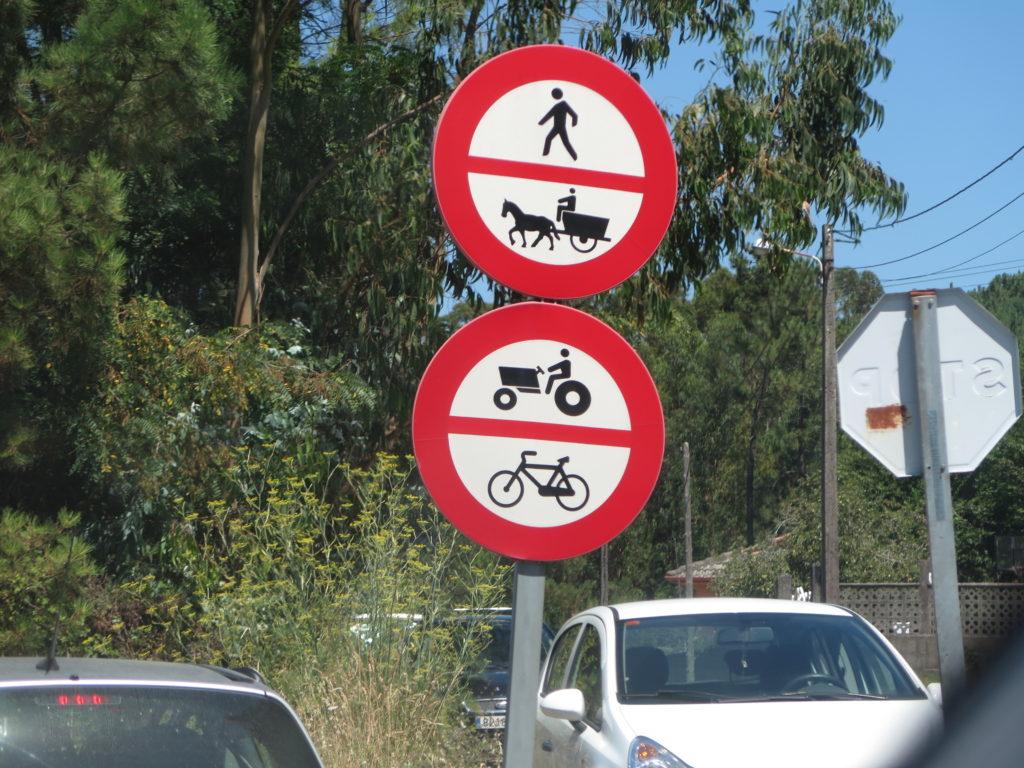Vejskilt ved indkørsel til vej i Spanien