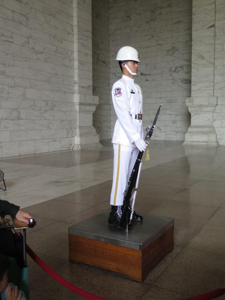 Vagt ved statue af Chiang Kai-shek i Taiwans hovedstad Taipei