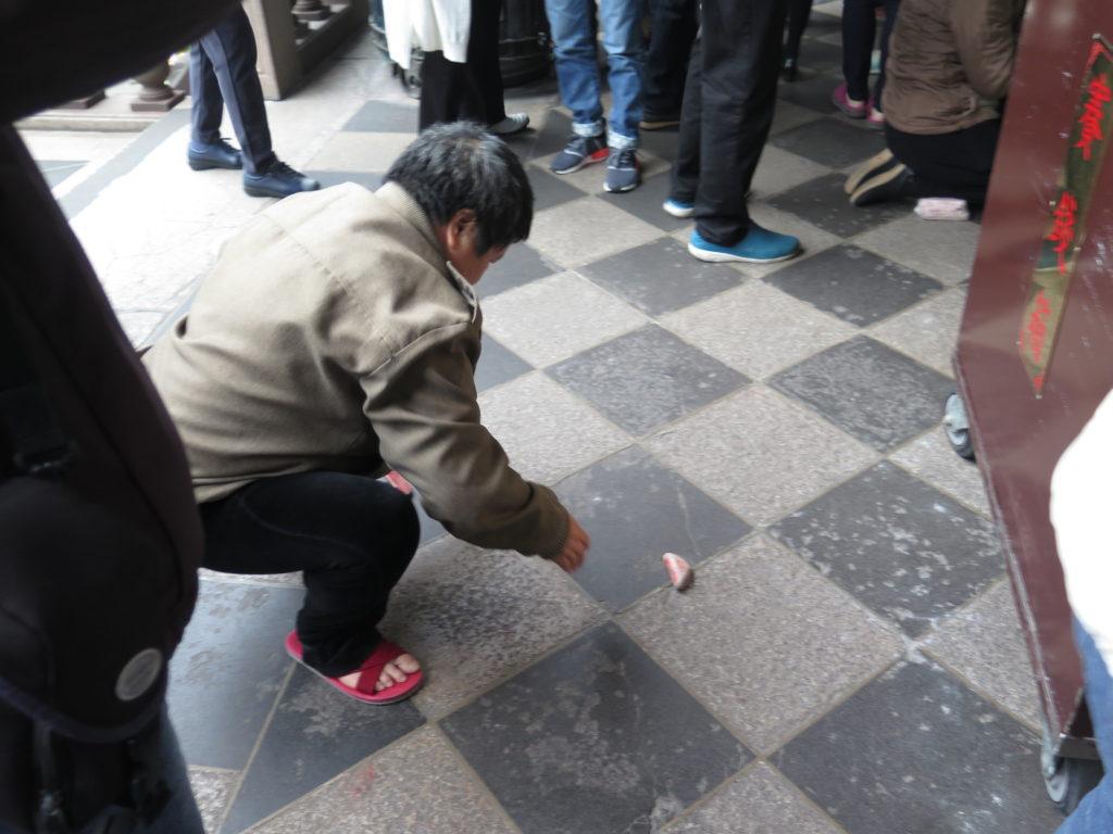 Der kastes med måneklodser i Taiwans hovedstad Taipei
