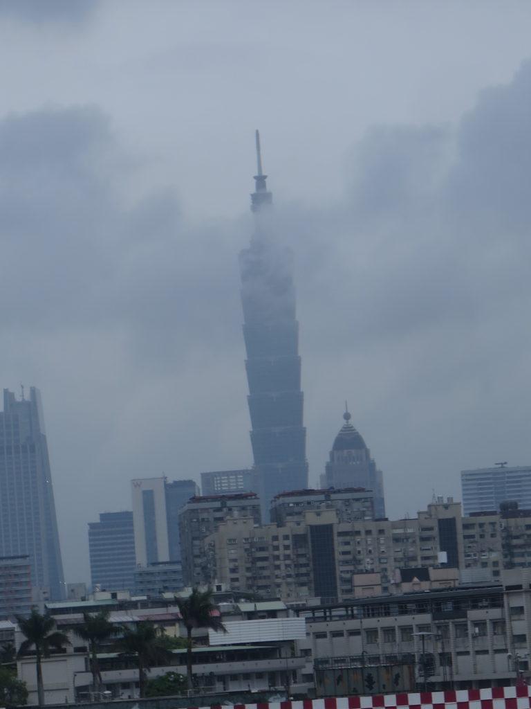 Taipei 101 bygningen indhyllet i tåge
