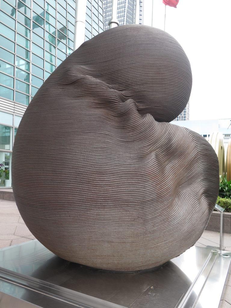 Skulptur lavet af overskydende kabler fra elevatorerne