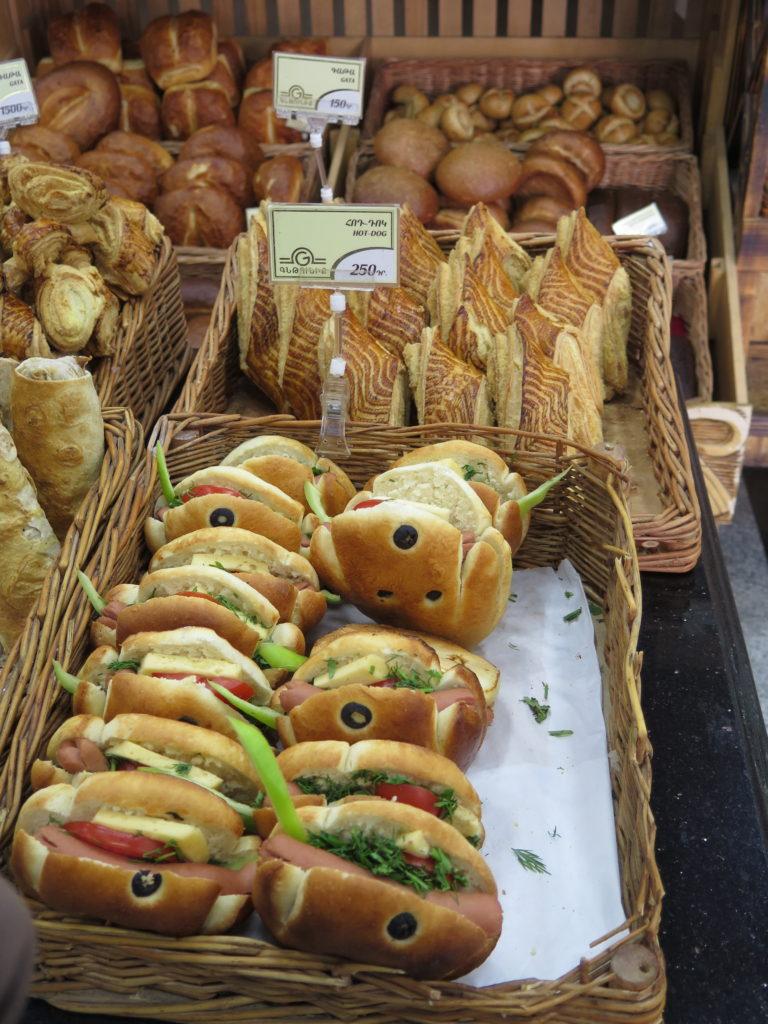 En række hotdogs til salg i Armenien
