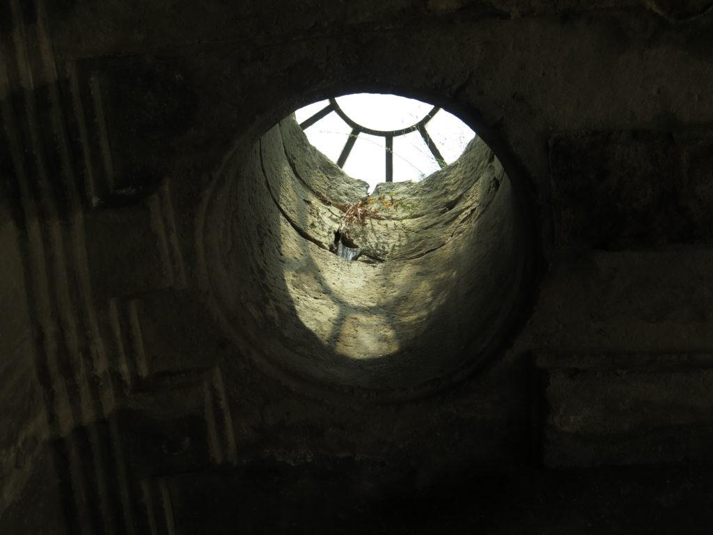 Et kig ud fra en hule i Uplistsikhe