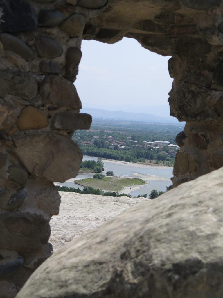 Flot udsigt ud over den nærliggende flod i Uplistsikhe