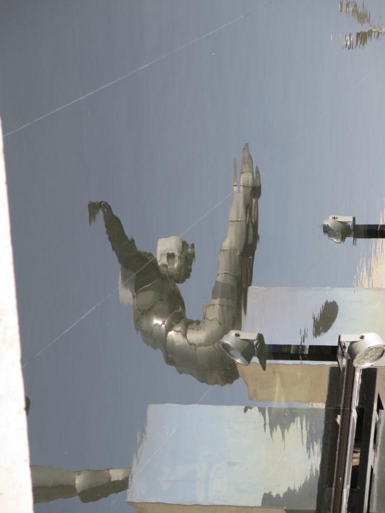 Udspringere spejler sig i vandet på Cafesjian Museum of Art - Yerevan