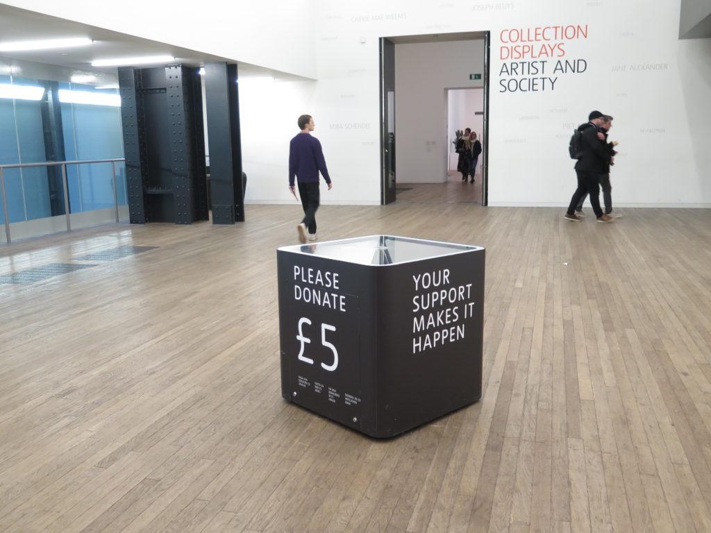 Man må godt betale 5 £ hvis man har lyst på Tate Modern London