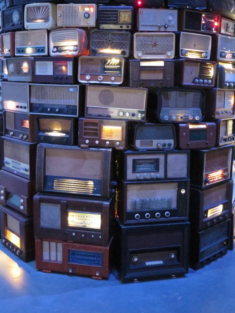Nærbillede af analoge radioer i Babel 2001