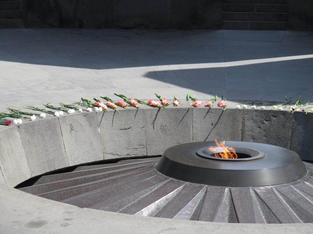 Blomster ved Det armenske folkemords-museum i Yerevan
