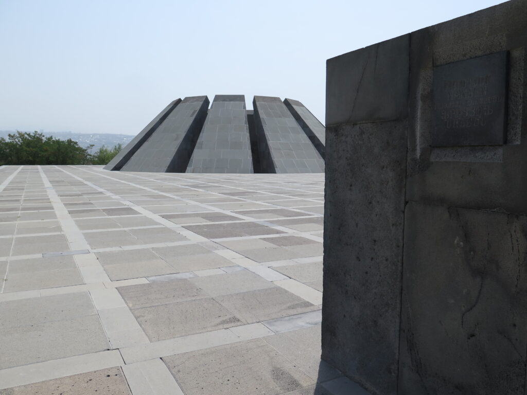 Mur med mindeplader ved Museet for det armenske Folkemord