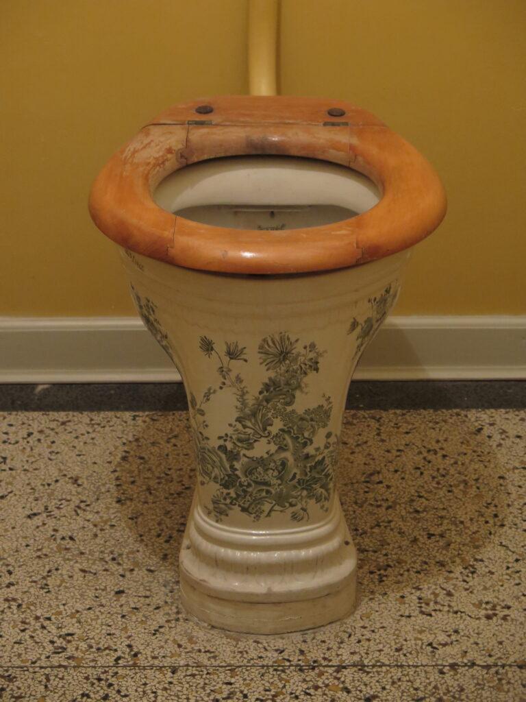 Toilet med udsmykning