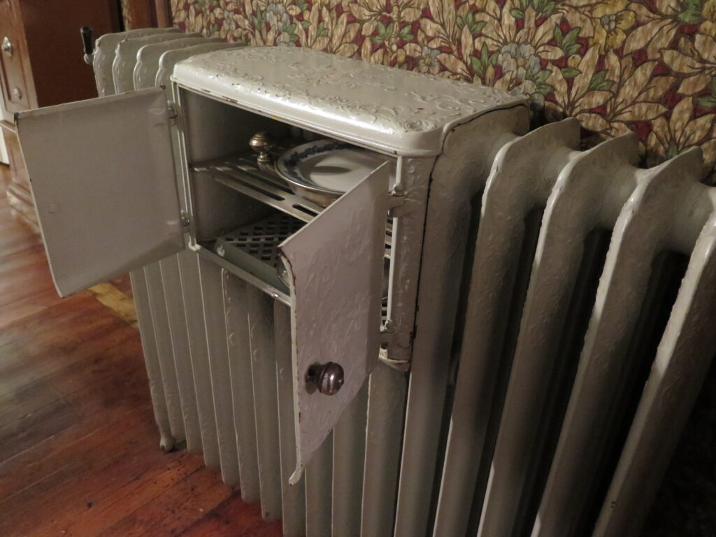 Tallerkener kunne varmes i en radiator inden servering af den varme mad