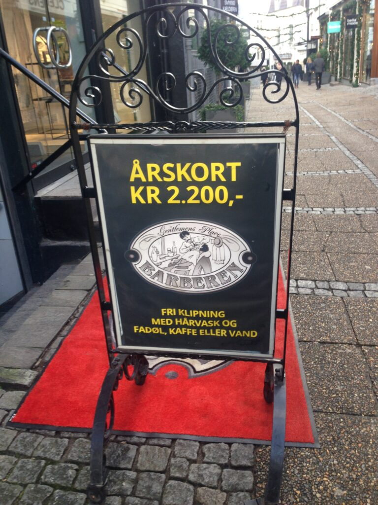Købe et klippekort til frisøren. Eksempel på morsomme skilte i Aarhus