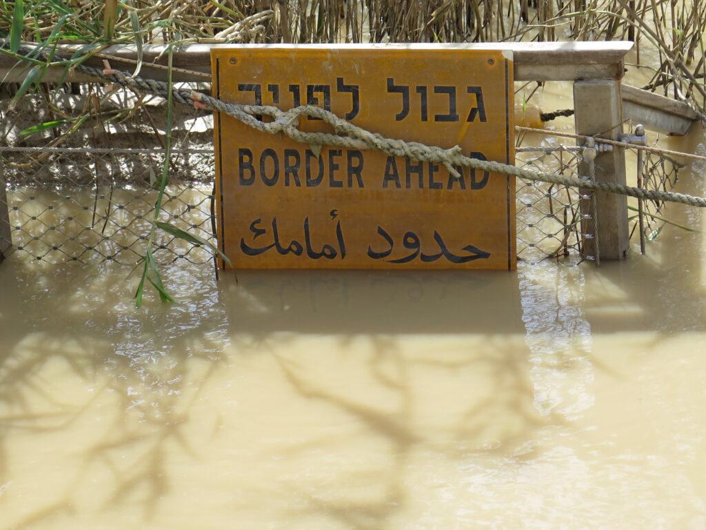 Jesus døbt på grænsen mellem Israel og Jorden midt i Jordanfloden