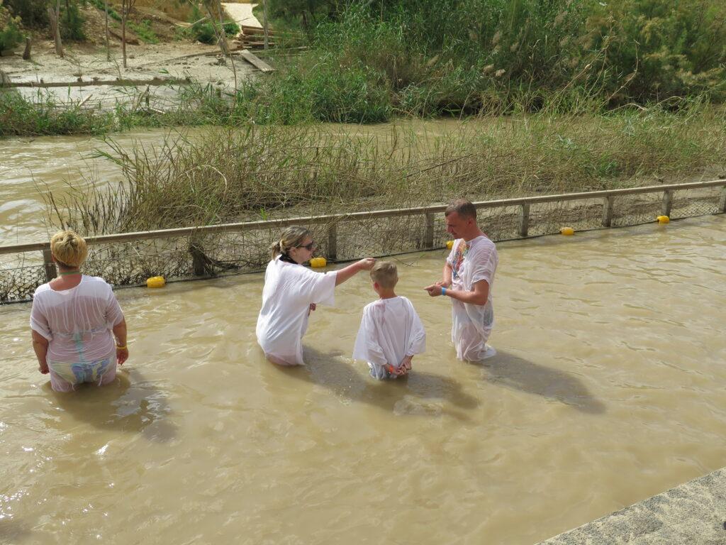 Dåb i floden fra den Israelske side. Jesus døbt her