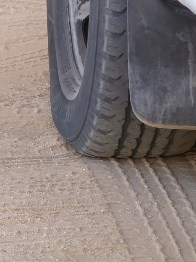 Fladt bildæk i ørkenen