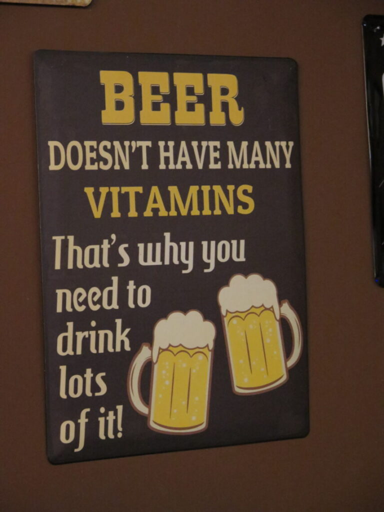 Beer doesn't have many vitamins. That's why you need to drink lots of it! En af de sjove ølplakater
