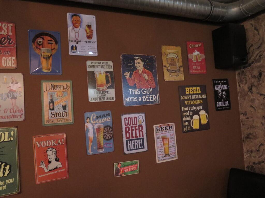 Sjove ølplakater på væggen i pubben La beer YNT, Gdansk