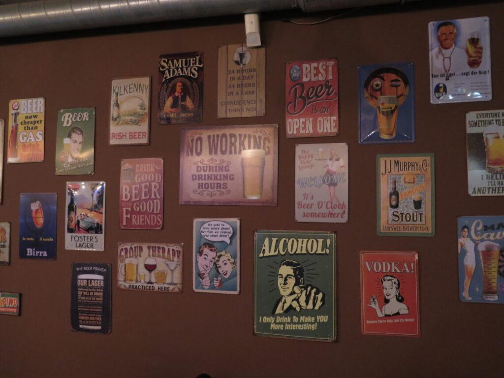 Sjove ølplakater på væggen i pubben La beer YNT i Gdansk