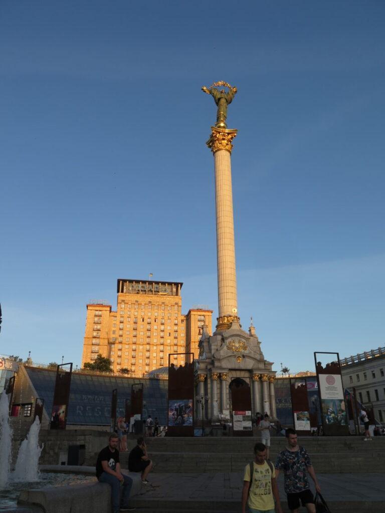 Monument of Independence. Hotel Ukraine i Kiev ses i baggrunden