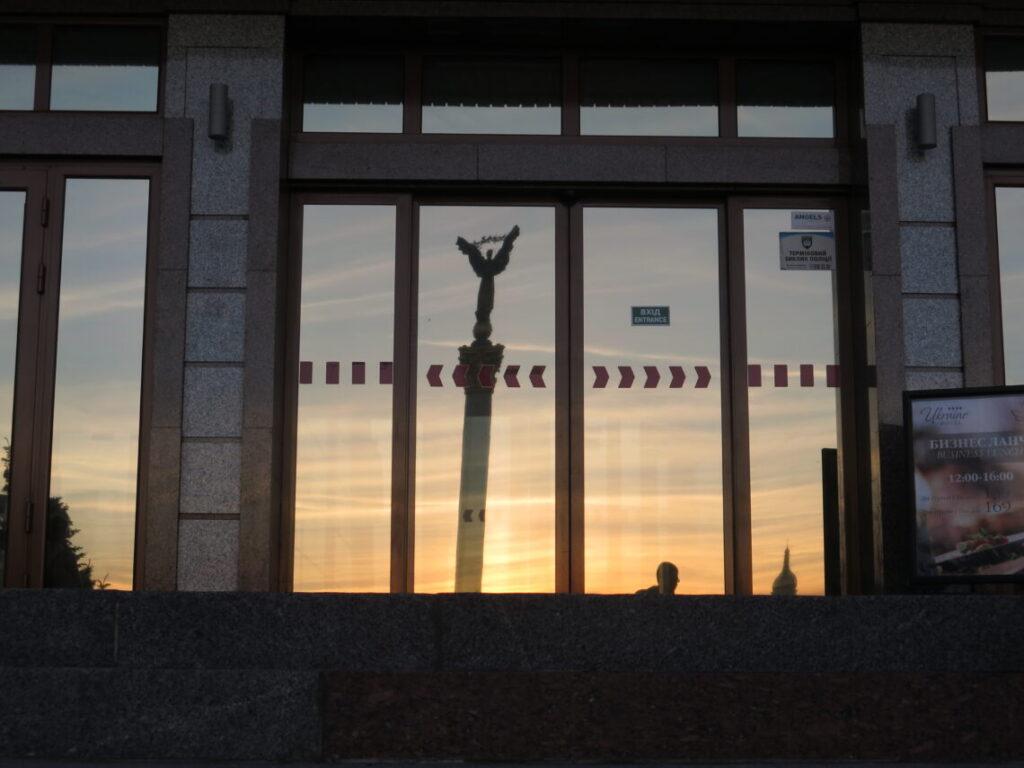 Monument of Independence set i vinduerne på Hotel Ukraine i Kiev