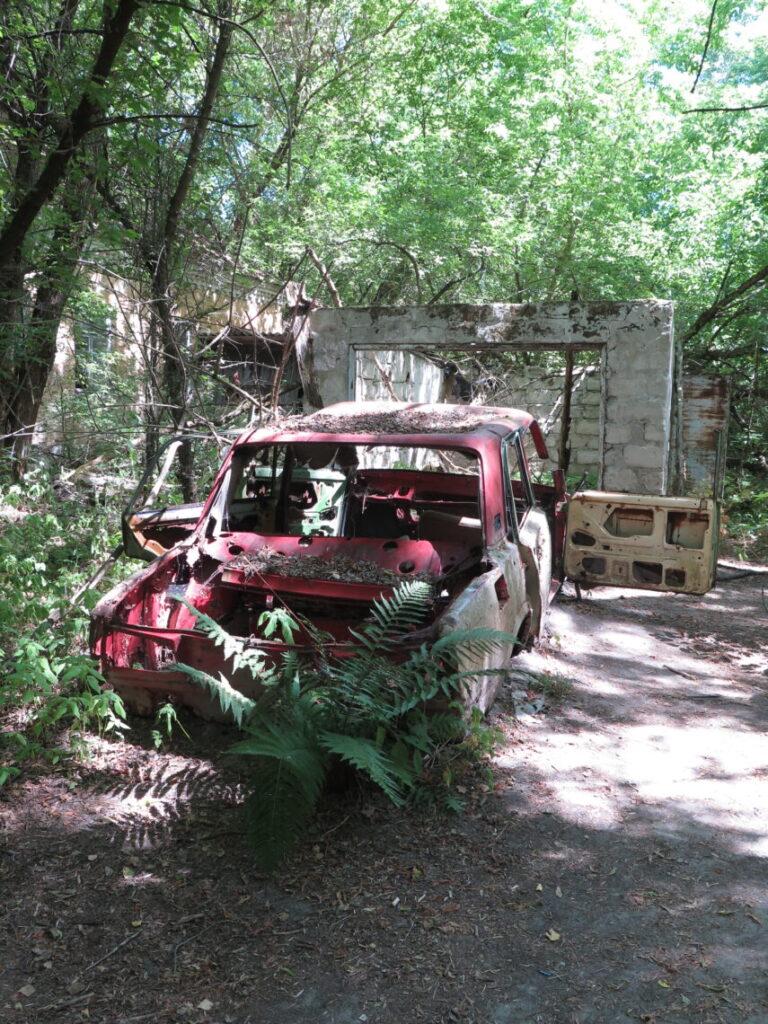 Forladt bil hvor alt er stjålet