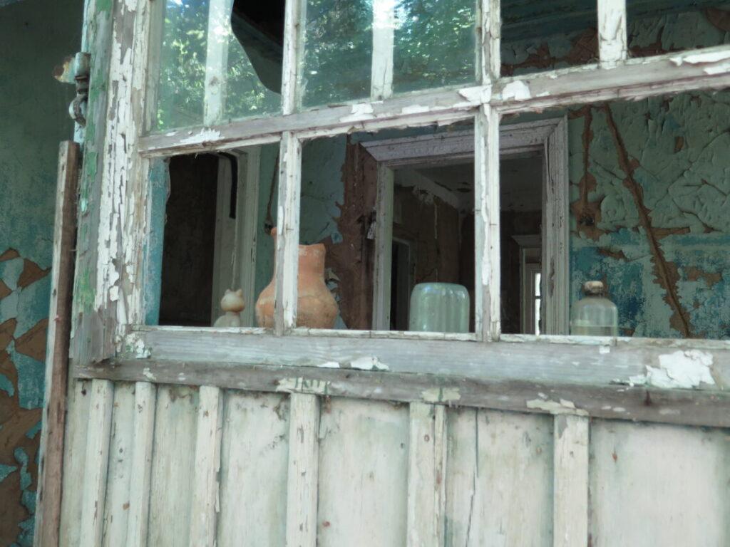 Pyntegenstande står stadig i vinduet