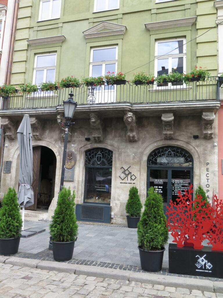 Løver over døre og vinduer i Lviv - Løvernes by