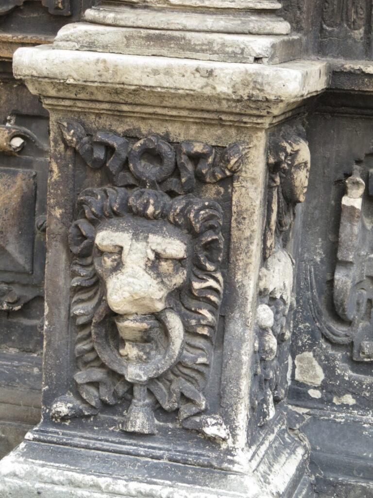 Gammel dekoration af løve