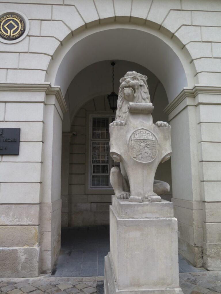 Løve foran bygning