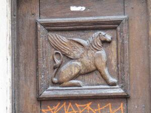 Gadedør med løve