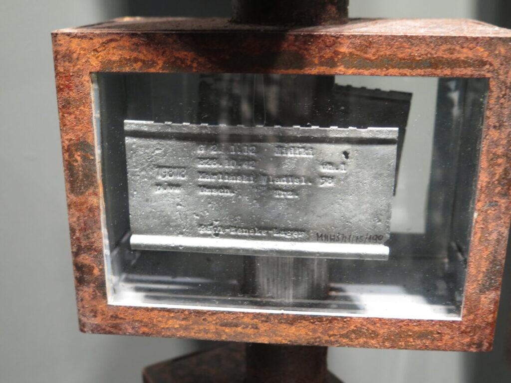 Nærbillede af tinplade fra Gdansk Skibsværft