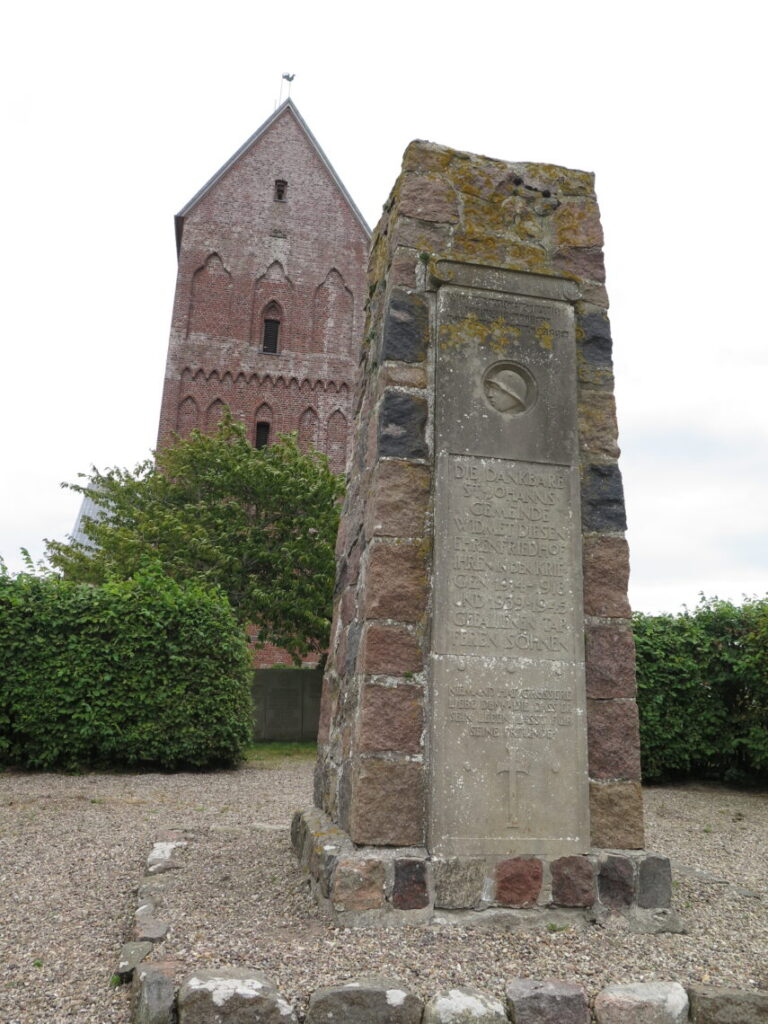 St. Johannis kirken med mindesøjle i forgrunden