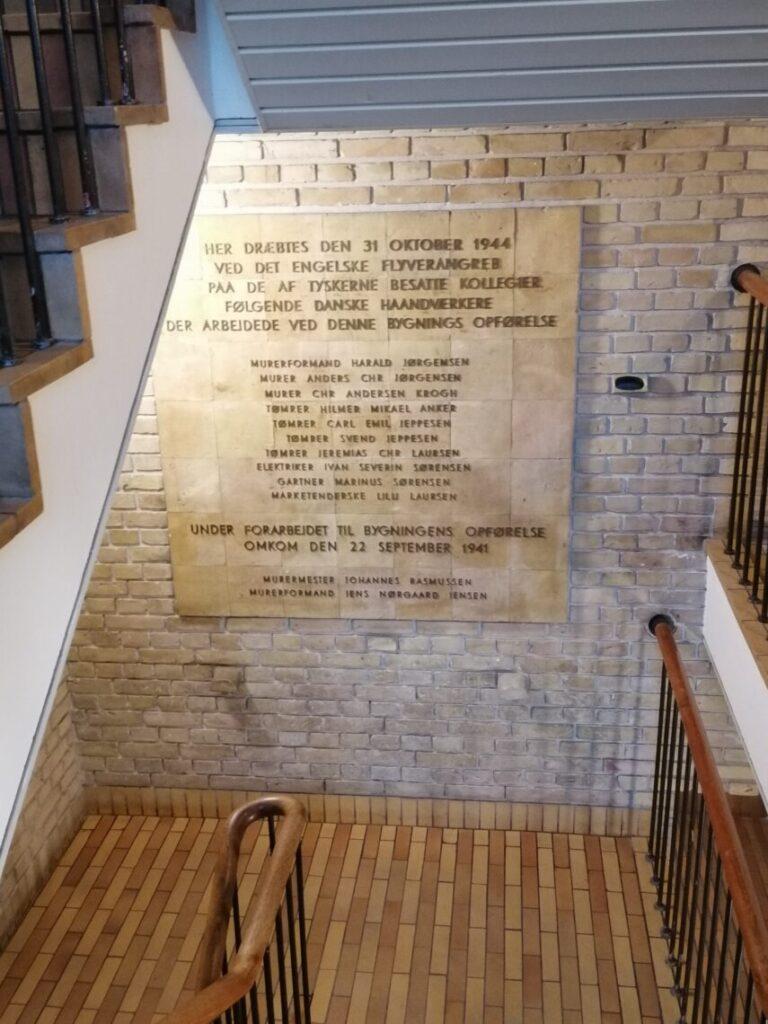 Bombningen af Aarhus Universitet. Mindetavle for ni håndværkere og en kioskdame