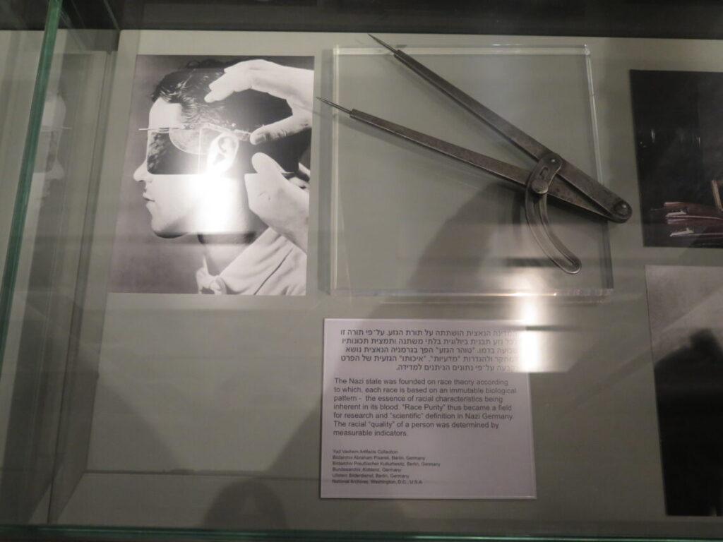 Måleredskab til bestemmelse om man var jøde elller ej - fra Holocaustmuseet Yad Vashem i Jerusalem