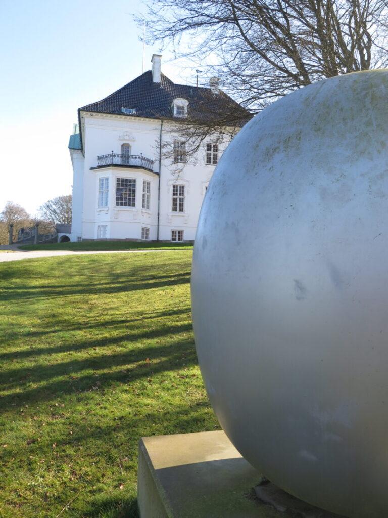 """Marselisborg Slot med """"Superægget"""" af Piet Hein i forgrunden"""