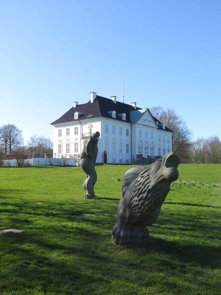 Løver foran Marselisborg Slot