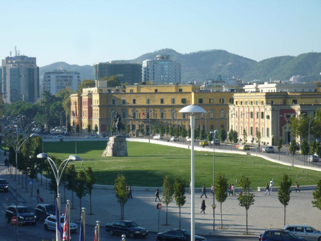 Skanderbeg pladsen i Tirana som spiller en rolle i Skakmesteren fra Tirana