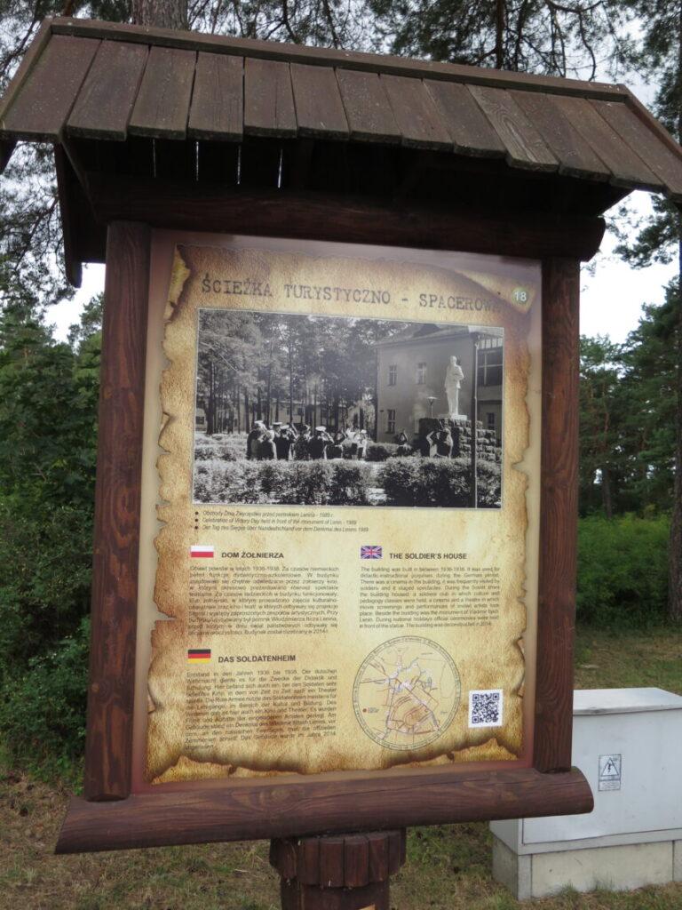 """Stander der fortæller om Leninstatue ved """"Soldier Club"""""""