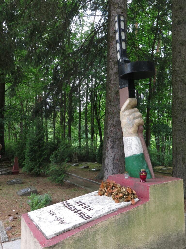 Maskinpistolen på en anderledes sovjetisk militærkirkegård