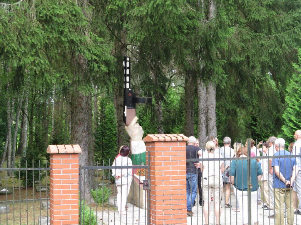 Turister på en anderledes sovjetisk militærkirkegård