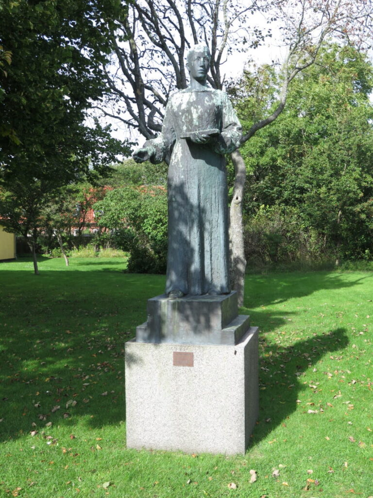 Statue af Anna Ancher fra 1939 ved Saxilds Gaard i Skagen